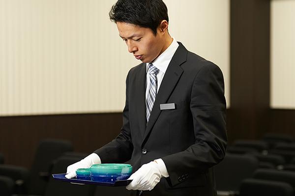 焼香を持つ男性葬祭ディレクター