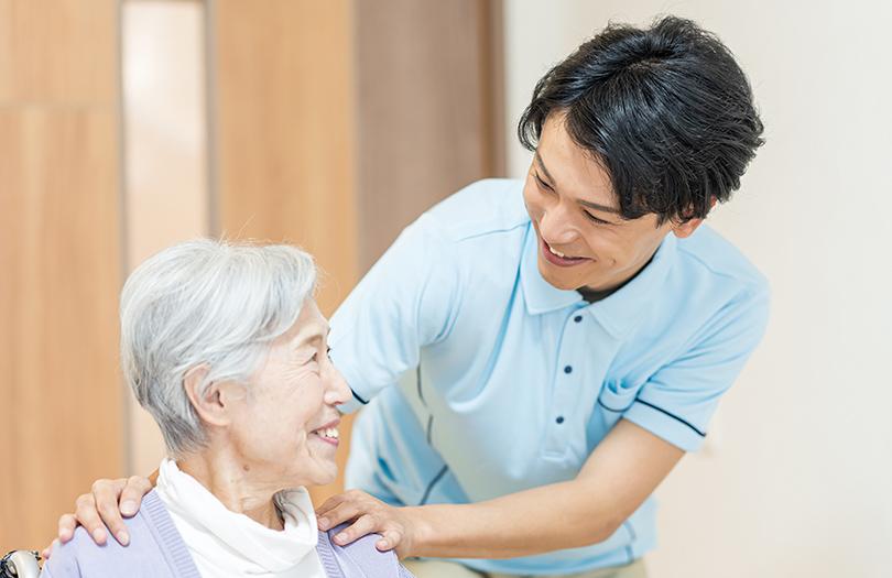男性介護士とシニア女性