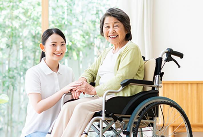 写真:介護士と車いすに乗った女性